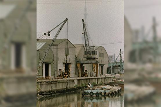 河岸側倉庫とクレーン
